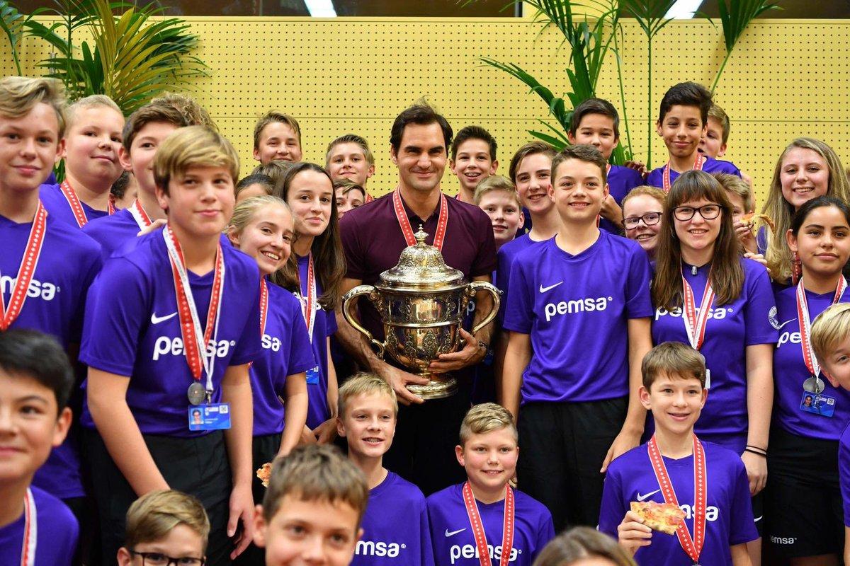 Federer brilha na Basileia e fica perto do 100º título