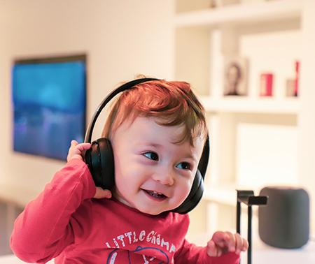 Enfant avec des écouteurs