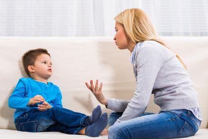 Mère et son fils en pleine discussion