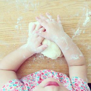 cuisiner avec son enfant - activités du quotidien
