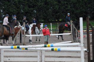 Plus le cavalier est confirmé et au plus le couple cheval-cavalier s'émancipe de l'enseignant...