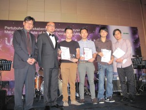 Lim Meng Yeu (Third from Right in black T-shirt), a graduate from KBU International College emerged as the Gold winner of the Student category of MIID's MIDA Awards 2012