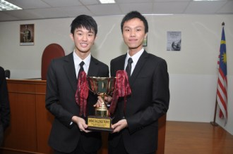 Winners of the HELP Skrine Moot Competition 2011 Ooi Zen Jie (left) and Shim De Zhen.