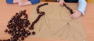 Jesienna układanka z żołędzi i kasztanów Jesień Jesień Joanna Lewandowska Kreatywnie z dzieckiem Prace plastyczne