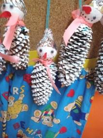Bałwanki z szyszek Kreatywnie z dzieckiem Monika Okoń Prace plastyczne Święta Zima