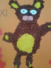 Miś wyklejany kuleczkami z bibuły Dzień Niedźwiedzia Dzień Pluszowego Misia Kreatywnie z dzieckiem Marlena Wrońska Zwierzęta