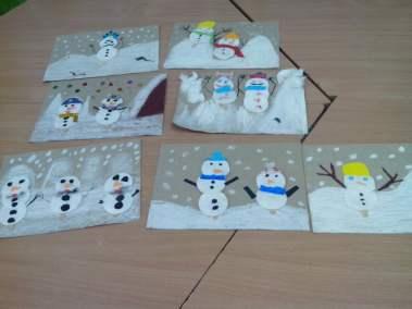 Rodzina bałwanków z płatków kosmetycznych Izabela Kowalska Prace plastyczne Zima (Prace plastyczne)