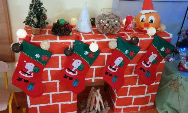 Świąteczny kominek z kartonów