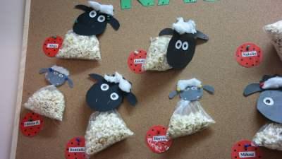 Baranek z popcornu Aneta Grądzka-Rudziak Dzień Popcornu Prace plastyczne Prace plastyczne (Dzień Zwierząt) Prace plastyczne (Wielkanoc) Światowy Dzień Zwierząt Wielkanoc (Prace plastyczne)