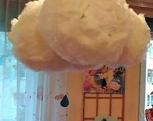 Deszczowe chmury z balonów i gazety