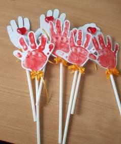 Krokusy z rączek Dominika Kobylak Dzień Babci i Dziadka Dzień Rodziny Kreatywnie z dzieckiem Rośliny