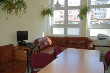 sofa w czytelni - pierwsze takie miejsce w szkole