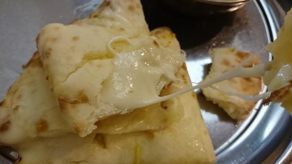 タージマハルエベレスト難波店チーズナンチーズ伸びる