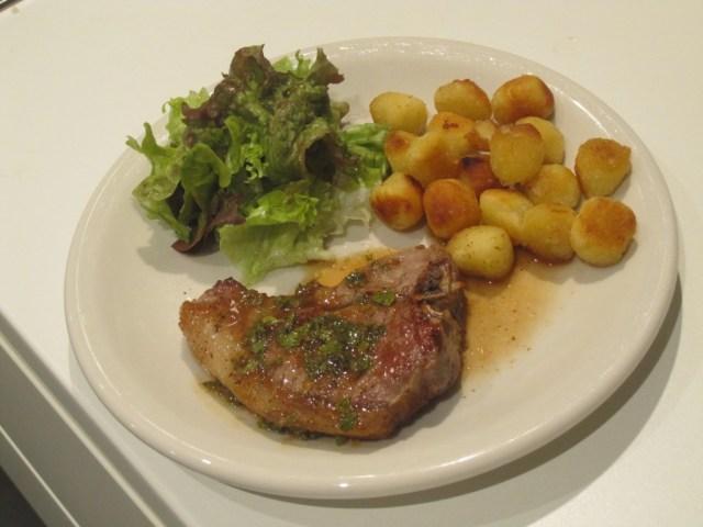 Lamskoteletjes met muntsaus, roastini en groene salade