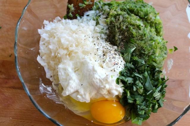 Ricotta, parmezaan, ei, basilicum, courgette, peper en zout mengen