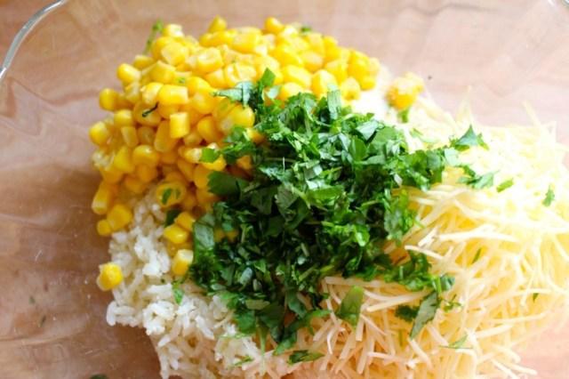 Rijst mengen met maïs, kaas, paneermeel, koriander en ei