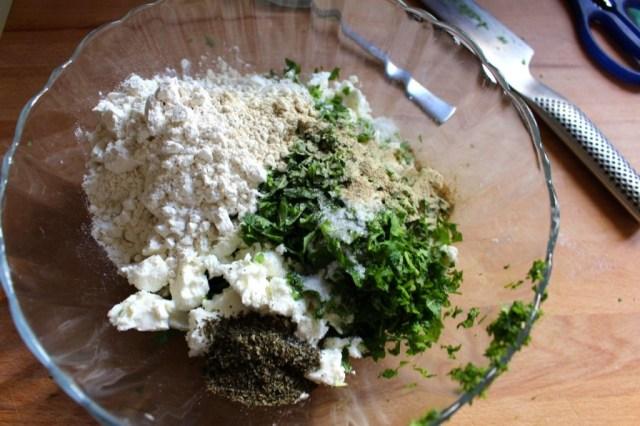 Pijpajuin, kruiden, specerijen, feta en bloem mengen