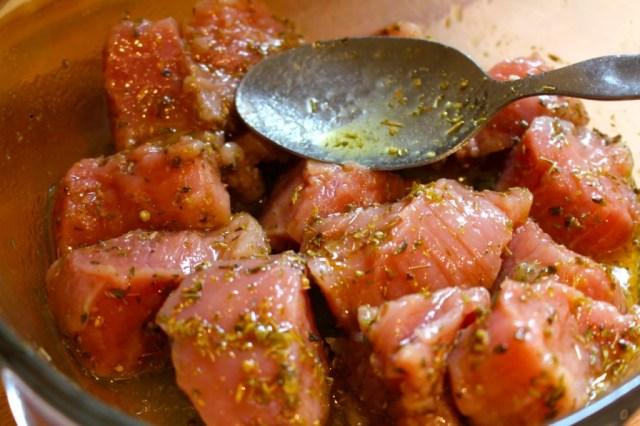 Varkensvlees marineren voor spiesjes