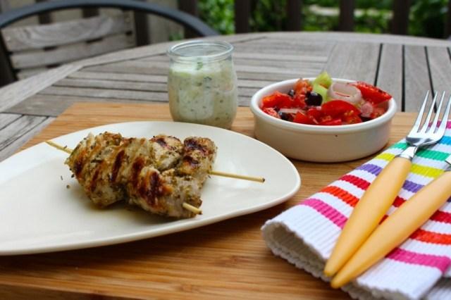 Varkensspiesjes met tzatziki en Griekse salade