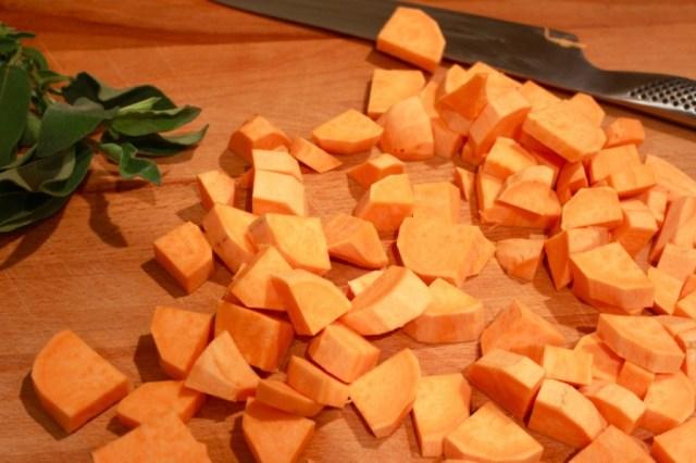Zoete aardappel in blokjes snijden