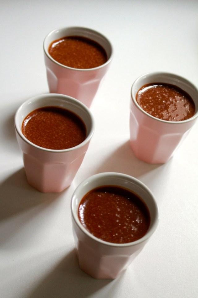 Chocolade-kastanjemengsel over potjes verdelen