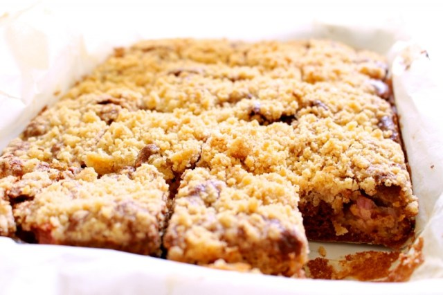 Rabarber-plaatcake met streusel
