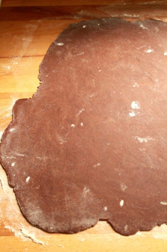 Chocolade-zanddeeg uitrollen / www.eenlepeltjelekkers.be
