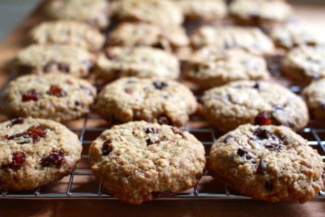 Havermoutkoekjes met chocolade en rozijnen laten afkoelen op een rooster / www.eenlepeltjelekkers.be