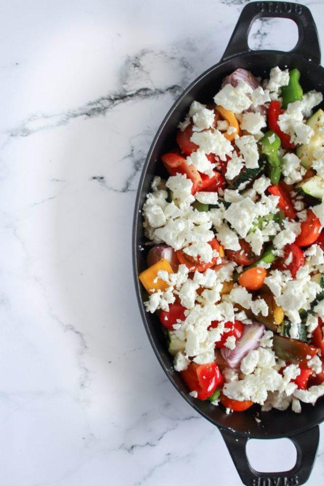 Feta over groenten verkruimelen / www.eenlepeltjelekkers.be