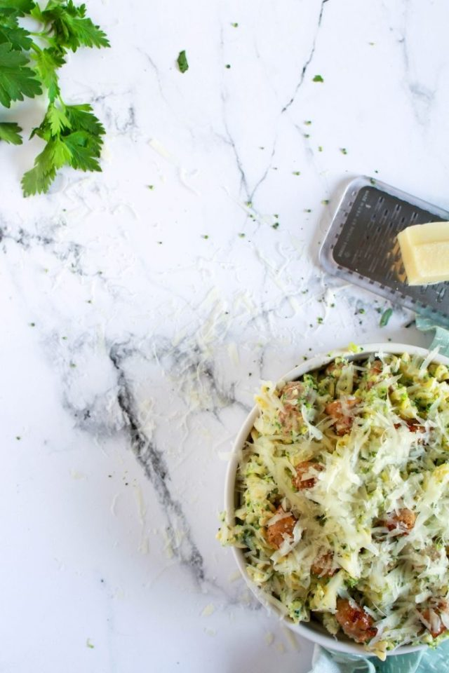 Pecorino over pasta verdelen / www.eenlepeltjelekkers.be