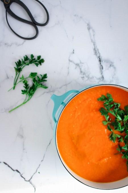 Zoete aardappelsoep afwerken met peterselie / www.eenlepeltjelekkers.be