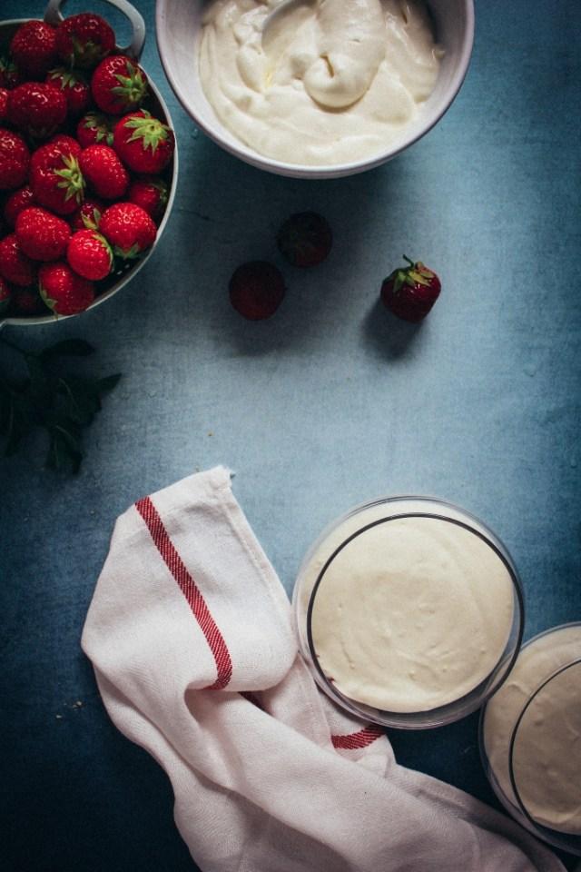 Vlierbloesemmousse op aardbeien scheppen / www.eenlepeltjelekkers.be