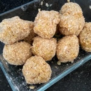 risottoballetjes klaar om te frituren