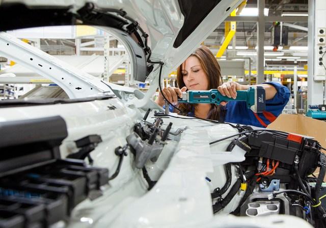 Valmet Automotive värbab inimesi nii Soomest kui välismaalt – juuksurist tehakse autovalmistaja paari nädalaga