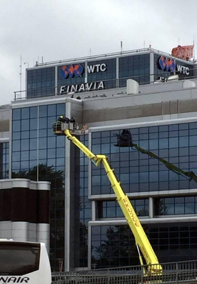 Helsingi lennujaama katuselt hüppas alla alasti mees