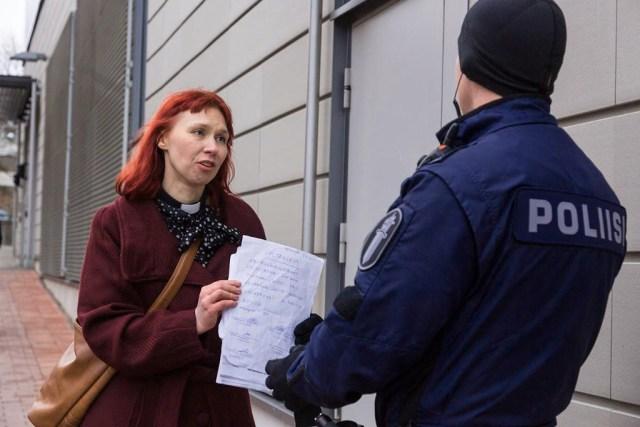Politsei viis Helsingi lennujaamas migrante abistanud naispastori arsti juurde