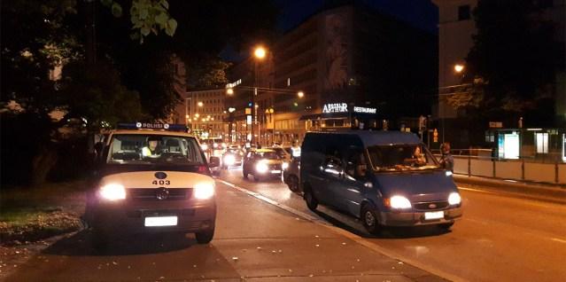 Helsingis hakkab ringi liikuma auto, mis teeb trahve vasakule ja paremale