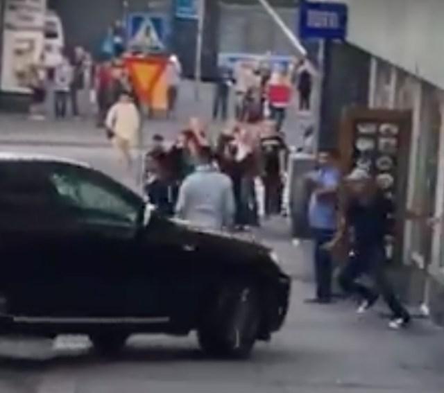 Politsei: Helsingi tänavakakluses kasutati lauajuppe ja raudtoru