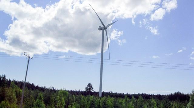 Soomes kukkus elektrituulepargi tuulikutel kaks laba alla