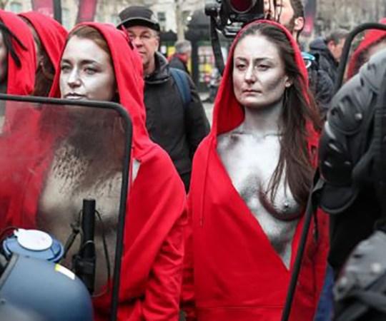 Pariisi meeleavalduste uus tase: palja ülakehaga Marianned