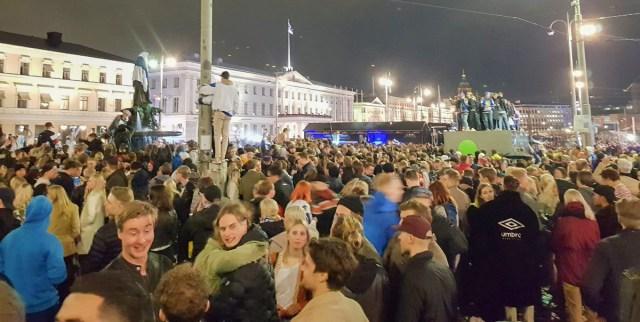 Helsingi Kauppatoril pidutses ligi 10 000 inimest