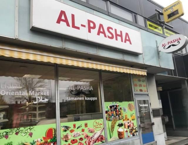 Soome kaupmees Muhammed on hädas, kuna tema poe aknaid mäkerdatakse väljaheidetega