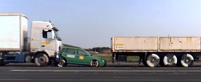 Karm video: Turvatest, kus sõiduauto jääb kahe veoki vahele