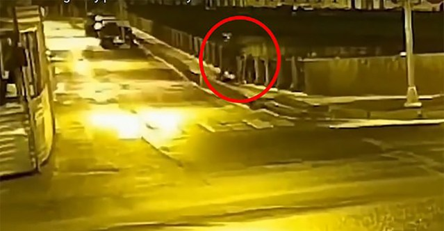 Avalikustati video sellest, kuidas Vene professor viskab oma õpilase kehaosad jõkke, enne kui ise purjus peaga järgi kukkus