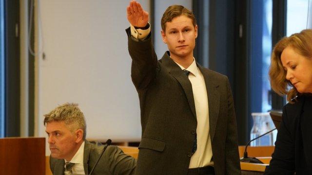 Norra mošeetulistaja Philip Manshaus esines kohtus natsitervitusega