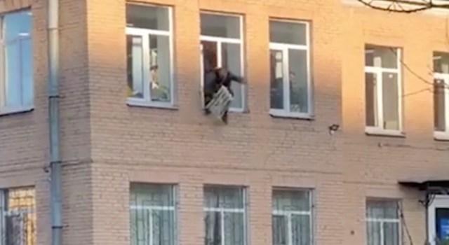 Verdtarretav video: mees põgeneb politseijaoskonnast, radiaator käe küljes