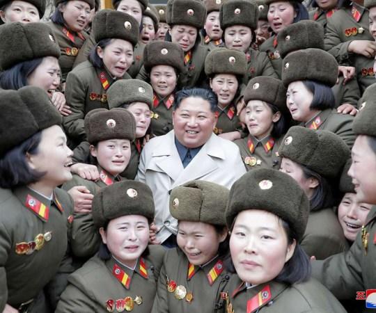 See on truudus: vaata, millise pühendumusega Põhja-Korea naised oma liidrile kaasa elavad