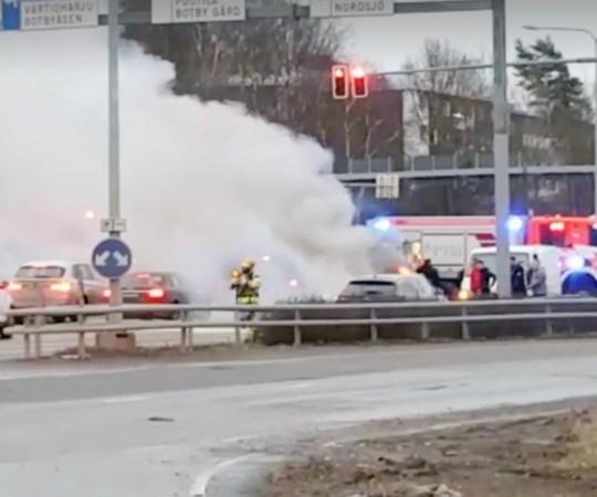 Helsingi Idakeskuse juures põles tee peal auto