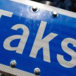 Taksoauto sõitis Soomes üle noore naise jala, juht põgenes