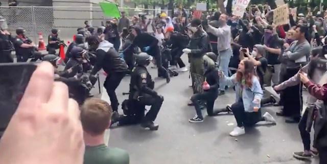 VIDEO: USA politseinikud laskusid meeleavaldajate ees põlvili